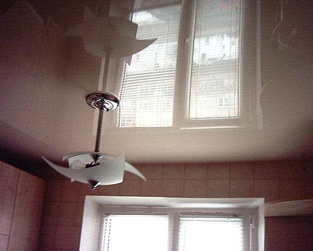 Фото натяжного потолка на кухне